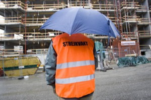 STOCKHOLM 20070419 Hotell och resturanganst‰lldas fˆrbund delade ptorsdagen ut smˆrgÂs, dricka och paraplyer till Byggnads strejkvakter pbygget vid Hammarby AllÈ i Stockholm. Foto: HENRIK MONTGOMERY / SCANPIX Kod 10060